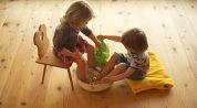 Kinder beim Fußbad zur Stärkung der Abwehrkräfte